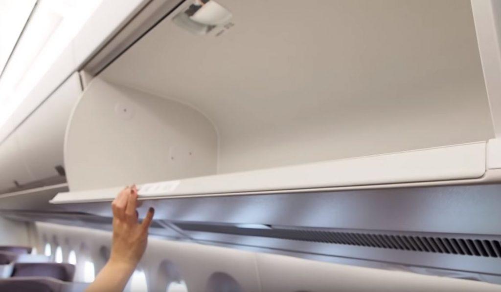 Cabina dentro de avión